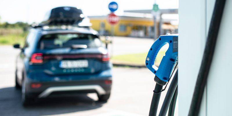 Grote prijsverschillen bij opladen elektrische auto's op populaire Europese vakantiebestemmingen